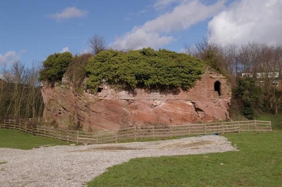 Remains_of_Holt_Castle_-_geograph.org.uk_-_352189